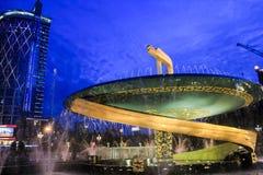 龙喷泉在成都天府广场在晚上 免版税库存图片