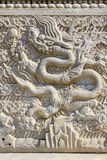 龙在东部皇家坟茔的白色大理石岩石雕刻了  免版税图库摄影