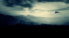 龙在天空的飞行上流在山上 向量例证