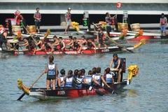龙在新加坡发展银行河赛船会的乘舟组准备2013年 免版税库存图片