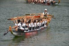 龙在新加坡发展银行河赛船会的乘舟组准备2013年 免版税图库摄影