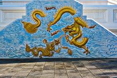 龙在蓝色颜色墙壁寺庙的雕象瓷  免版税库存图片
