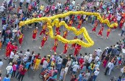 龙在街道上的舞蹈节日 免版税图库摄影