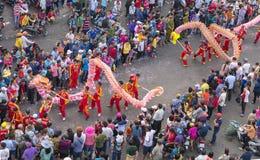 龙在街道上的舞蹈节日 库存照片