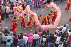 龙在街道上的舞蹈节日 图库摄影