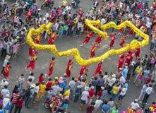 龙在街道上的舞蹈节日 免版税库存照片