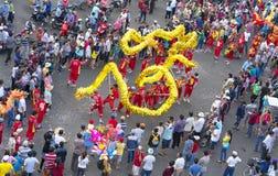 龙在街道上的舞蹈节日 库存图片