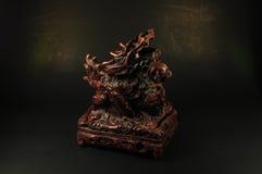 龙在黑背景的香炉 免版税库存图片