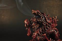 龙在黑背景的香炉 免版税库存照片