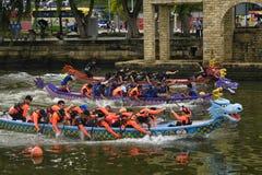 龙在Melacca河的小船竞争 免版税库存照片