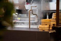 龙头为水在大罐打开煮沸 免版税库存照片