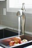 龙头厨房现代水槽 免版税库存照片