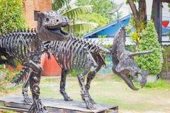 暴龙恐龙由铁制成残余在公园 图库摄影