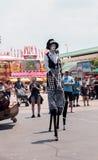 龙授以爵位steampunk高跷步行者 库存照片