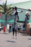 龙授以爵位steampunk高跷步行者 库存图片