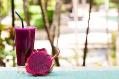 龙果子圆滑的人、汁液和新鲜的pitahaya玻璃  免版税图库摄影