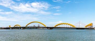 龙桥梁在岘港市市2015年5月 库存照片