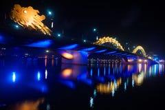 龙桥梁在晚上在岘港市,越南 库存图片