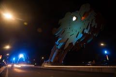 龙桥梁在晚上在岘港市,越南 免版税库存照片