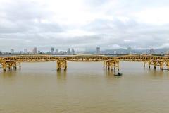龙桥梁Cau荣,岘港市越南 免版税库存照片