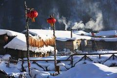 黑龙江省的-雪村庄双峰森林农场 库存照片