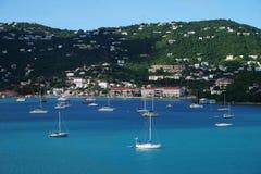 龙湾,圣托马斯海岛、美国维尔京群岛从水与多条游艇和小船看法在前景 免版税库存图片