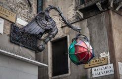 龙灯岗位和每个S Marco标志,威尼斯意大利 库存图片