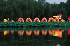 龙点燃在湖的反映 免版税库存照片