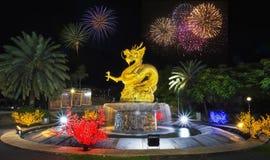 龙烟花读秒newyear庆祝hny普吉岛oldtownphuket泰国 免版税库存照片