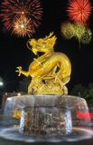 龙烟花读秒newyear庆祝hny普吉岛oldtownphuket泰国 免版税库存图片