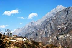 龙玉在村庄之下的山雪 库存照片