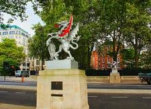 龙界限标记雕刻维多利亚堤防伦敦英国 免版税库存照片