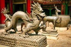 龙的古铜色雕象和鹿在紫禁城 北京 免版税库存照片