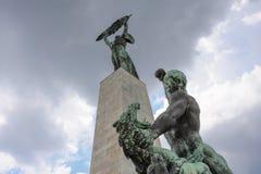 击败龙的圣乔治雕象 免版税库存图片