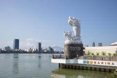 龙的雕塑在汉江的背景的在一个晴天 岘港市,越南 免版税库存照片