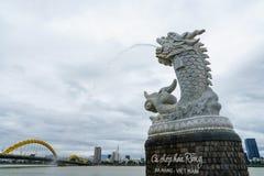 龙的雕塑在汉江的背景的在岘港市,越南 图库摄影