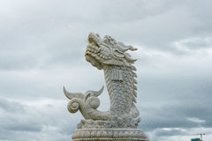 龙的雕塑在汉江的背景的在岘港市,越南 免版税库存图片