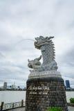 龙的雕塑在汉江的背景的在岘港市,越南 库存照片