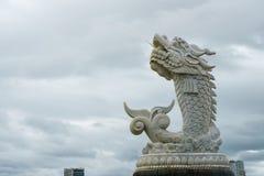 龙的雕塑在汉江的背景的在岘港市,越南 库存图片