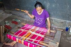 龙目岛,印度尼西亚- 2016年12月30日:编织在织布机的妇女 免版税库存照片