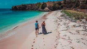 龙目岛-夫妇步行 库存照片