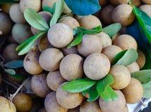 龙眼果子在地方市场上 免版税库存照片