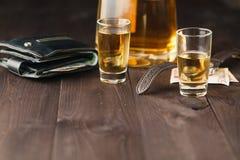 龙舌兰酒射击和龙舌兰酒瓶在酒吧背景 免版税库存照片