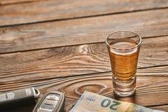 龙舌兰酒或酒精饮料和汽车钥匙玻璃  饮料和推进概念 库存照片