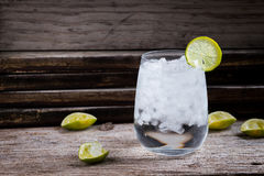 龙舌兰酒,杜松子酒,在一块玻璃的伏特加酒与冰,石灰,鸡尾酒酒吧 库存图片