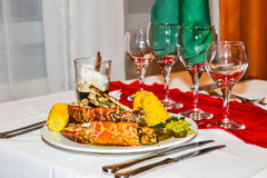 龙虾和菜,在餐馆的一顿晚餐 库存照片