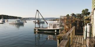 龙虾小船和罐在码头 免版税图库摄影