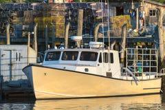 龙虾小船在早期的秋天靠了码头在南布里斯托尔,缅因,美国 库存图片