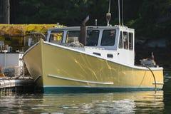 龙虾小船在早期的秋天靠了码头在南布里斯托尔,缅因,美国 免版税库存图片