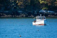 龙虾渔船在秋天在沿海缅因,新英格兰 免版税库存照片